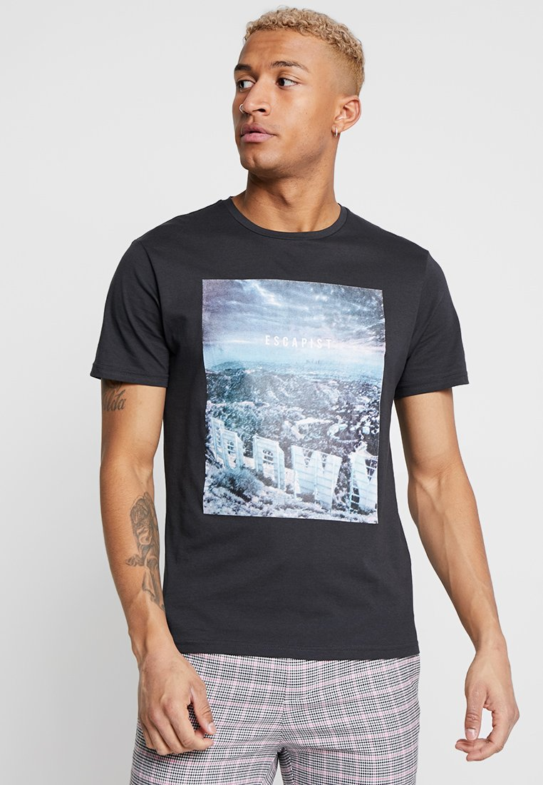 Only & Sons - ONSLAMANI CAMP FITTED TEE - Print T-shirt - dark grey
