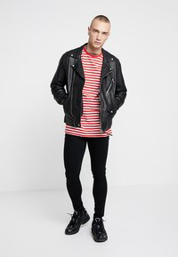 Only & Sons - ONSJAMIE LIFE SS STRIPE REG TEE NOO - Printtipaita - high risk red - 1