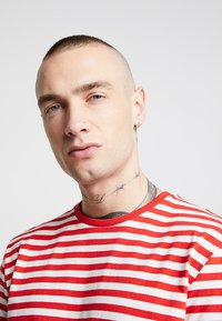 Only & Sons - ONSJAMIE LIFE SS STRIPE REG TEE NOO - Printtipaita - high risk red - 3