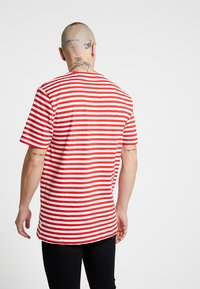Only & Sons - ONSJAMIE LIFE SS STRIPE REG TEE NOO - Printtipaita - high risk red - 2