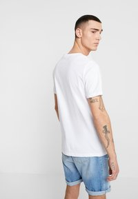 Only & Sons - ONSPETAL FITTED TEE CAMP - Triko spotiskem - white - 2