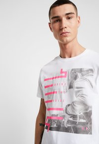 Only & Sons - ONSPETAL FITTED TEE CAMP - Triko spotiskem - white - 4