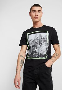 Only & Sons - ONSPETAL FITTED TEE CAMP - T-Shirt print - black - 0