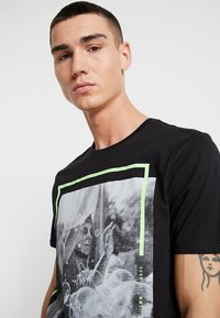 Only & Sons - ONSPETAL FITTED TEE CAMP - T-Shirt print - black - 3