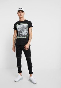 Only & Sons - ONSPETAL FITTED TEE CAMP - T-Shirt print - black - 1