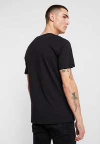 Only & Sons - ONSPETAL FITTED TEE CAMP - T-Shirt print - black - 2