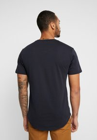 Only & Sons - ONSMATT LONGY TEE 3 PACK - T-shirts - dark navy - 2