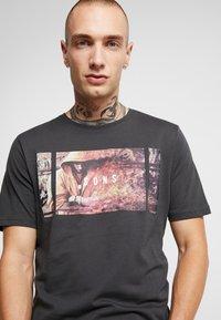 Only & Sons - ONSBERNIE CAMP TEE - T-Shirt print - phantom - 4