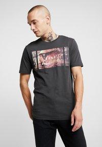 Only & Sons - ONSBERNIE CAMP TEE - T-Shirt print - phantom - 0