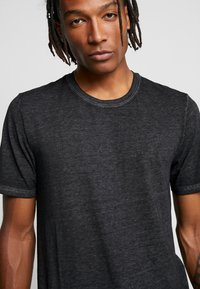 Only & Sons - ONSLONE LONGY BURNOUT TEE - Jednoduché triko - phantom - 4