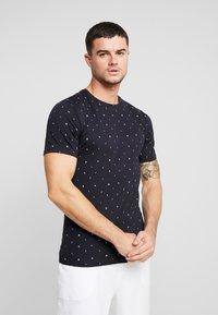 Only & Sons - ONSBOAZ TEE - T-shirt print - dark navy - 0