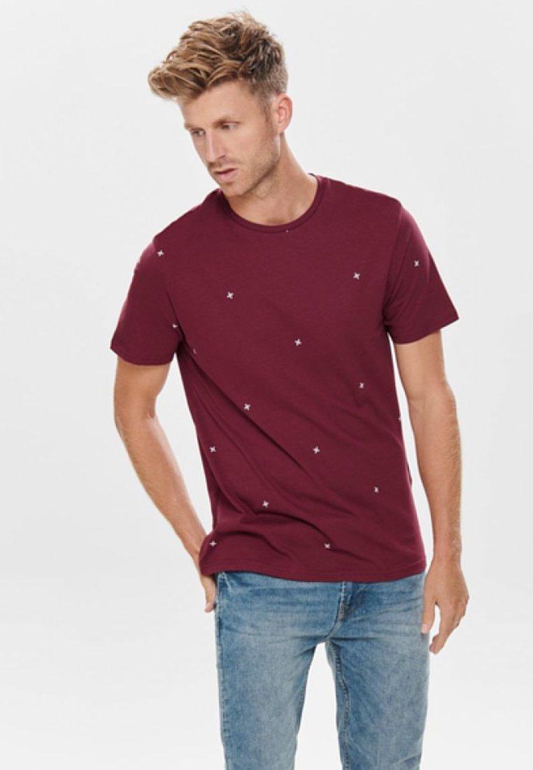 Only & Sons - BEDRUCKTES - Print T-shirt - bordeaux