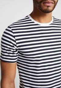 Only & Sons - ONSJAMIE STRIPE TEE 2 PACK - T-shirt z nadrukiem - white - 5