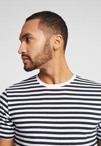 Only & Sons - ONSJAMIE STRIPE TEE 2 PACK - T-shirt z nadrukiem - white - 3