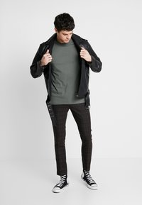 Only & Sons - ONSKAITO TEE - Triko s potiskem - dark shadow