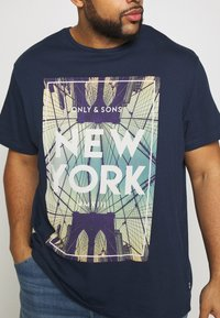 Only & Sons - ONSCALM TEE - Printtipaita - dress blues - 4