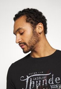 Only & Sons - ONSMOVE SLIM TEE - T-shirt print - black - 3