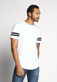 Only & Sons - ONSMATT LONGY SOLID STRIPE 2 PACK - T-shirts med print - black/white - 4