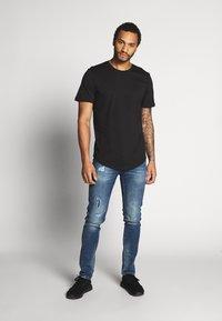 Only & Sons - ONSMATT LONGY SOLID STRIPE 2 PACK - T-shirts med print - black/white - 1