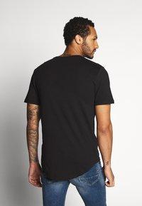 Only & Sons - ONSMATT LONGY SOLID STRIPE 2 PACK - T-shirts med print - black/white - 3