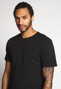 Only & Sons - ONSMATT LONGY SOLID STRIPE 2 PACK - T-shirts med print - black/white - 5