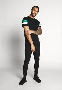 Only & Sons - ONSSTRIPEY LONGY TEE - T-Shirt print - black - 1