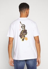 Only & Sons - ONSLARYNX REGULAR FIT - Print T-shirt - white - 2