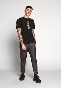 Only & Sons - ONSLARYNX REGULAR FIT - Print T-shirt - black - 1