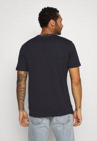 Only & Sons - ONSKUBA REGULAR TEE - T-shirt print - dark navy - 2