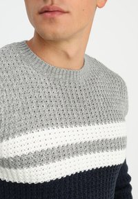 Only & Sons - ONSLAZLO STRIPED CREW NECK - Sweter - blue nights - 3