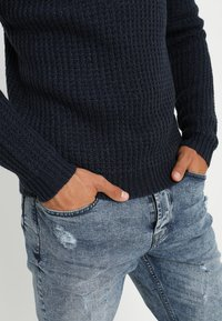Only & Sons - ONSLAZLO STRIPED CREW NECK - Sweter - blue nights - 4