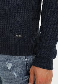 Only & Sons - ONSLAZLO STRIPED CREW NECK - Sweter - blue nights - 6