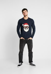 Only & Sons - ONSXMAS FUNNY BADGE - Strickpullover - blue nights - 1