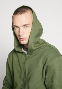 Only & Sons - ONSORGANIC REG  ZIP HOODIE  - Bluza rozpinana - olive night - 3