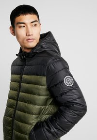 Only & Sons - ONSSTEVEN QUILTED HOOD JACKET - Light jacket - forest night - 4
