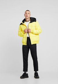 Only & Sons - ONSBOSTON QUILTED BLOCK HOOD - Light jacket - vibrant yellow