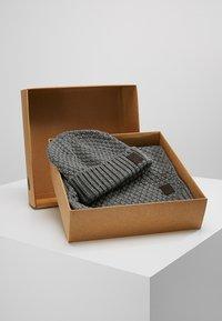 Only & Sons - ONSCENZ BOX SCARF BEANIE SET - Huivi - medium grey melange - 0