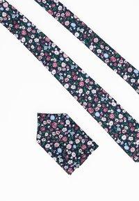 Only & Sons - ONSTBOX TIE & HANKERCHIEF SET - Kapesník do obleku - black/misty rose flowers - 2