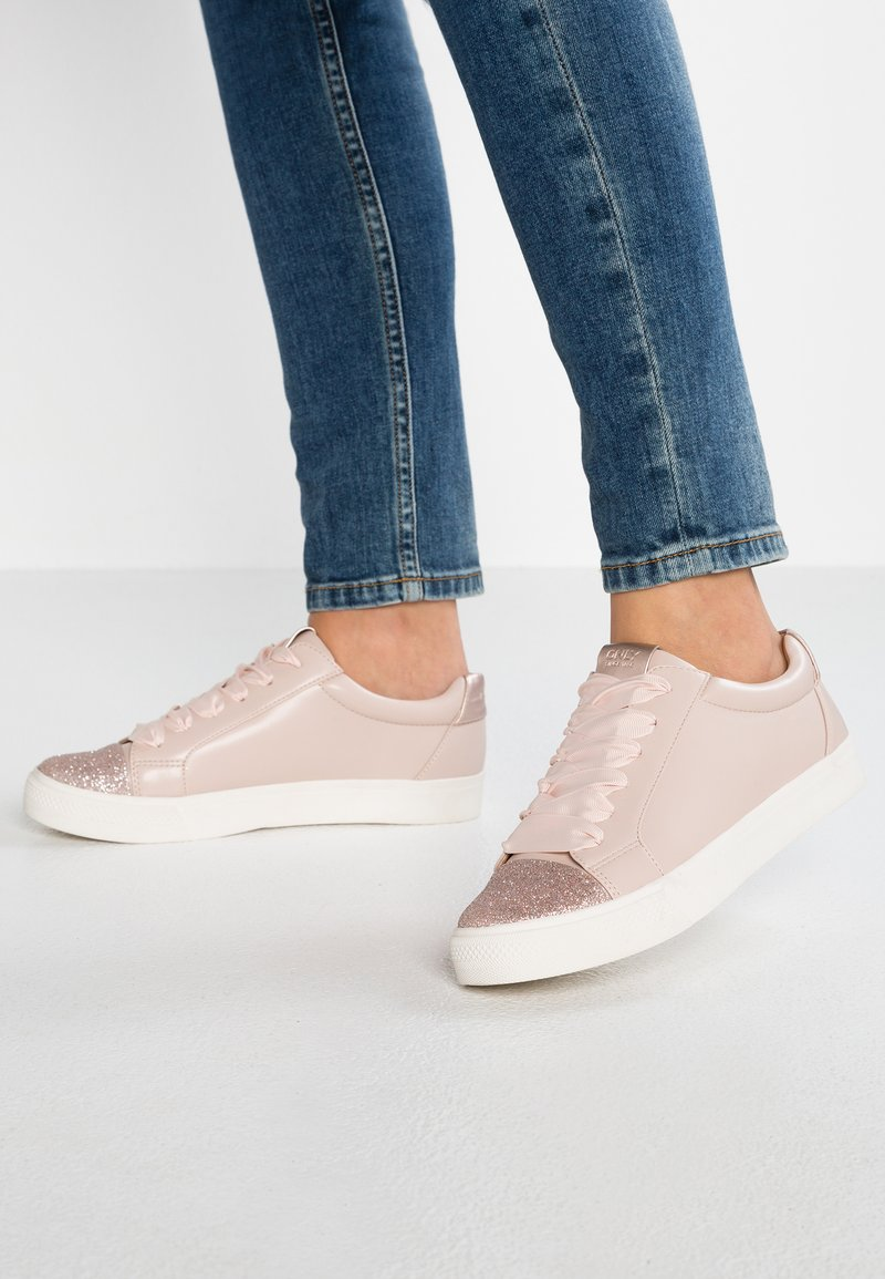 ONLY SHOES - ONLSKYE GLITTER TOE CAP  - Zapatillas - light pink