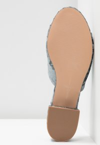 ONLY SHOES - ONLAPRIL HEELED SLIP ON - Pantofle - light blue - 6