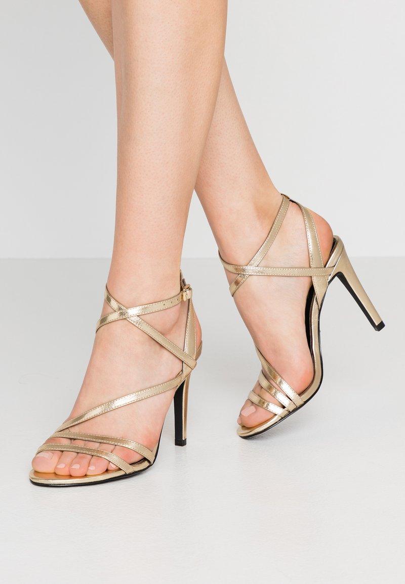 ONLY SHOES - ONLAILA CROSS  - Højhælede sandaletter / Højhælede sandaler - gold