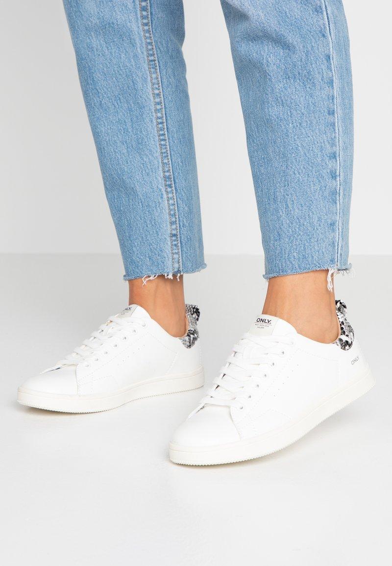 ONLY SHOES - ONLSHILO SNAKE - Sneaker low - white/black
