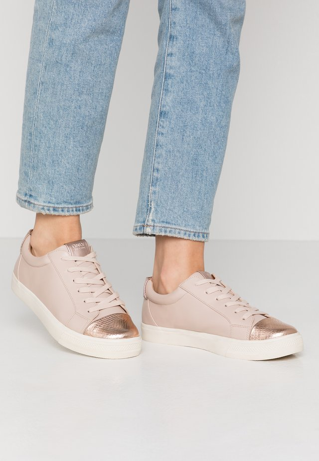 ONLSKYE CROC TOE CAP - Sneaker low - rose