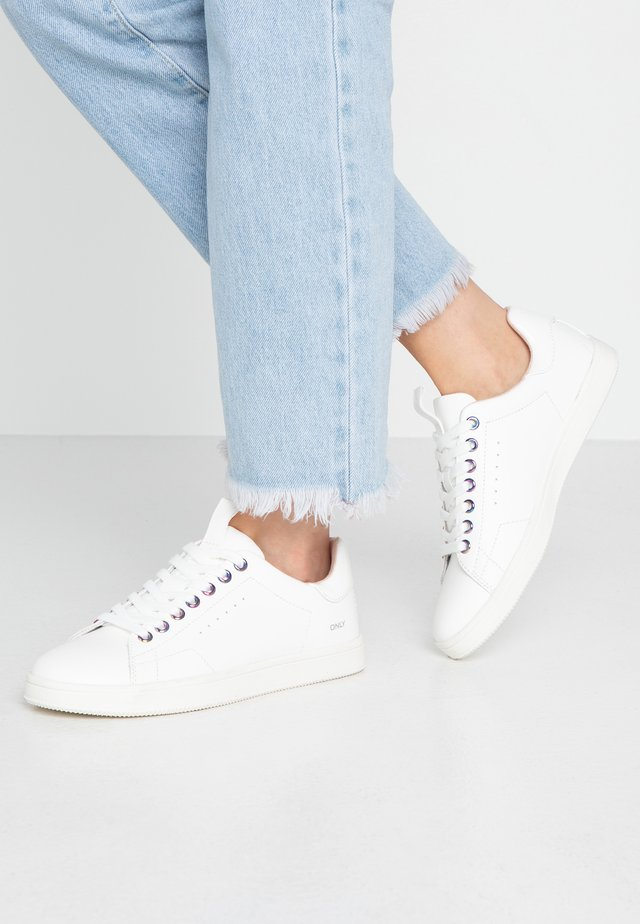 ONLSHILO IRRIDESCENT EYELETS - Sneakers laag - white