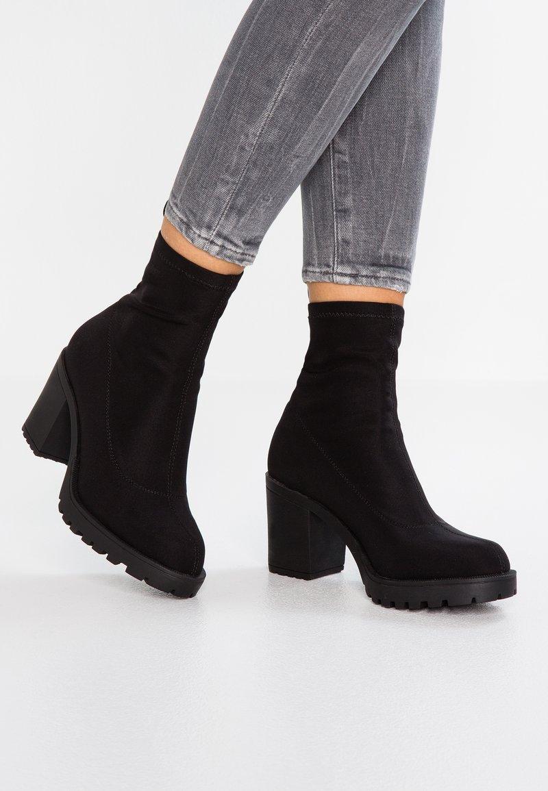 ONLY SHOES - ONLBARBARA HEELED TUBE BOOTIE - Kotníkové boty na platformě - black