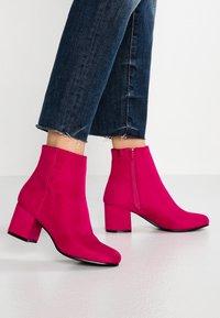 ONLY SHOES - ONLBIMBA HEELED TUBE BOOTIE - Korte laarzen - pink - 0