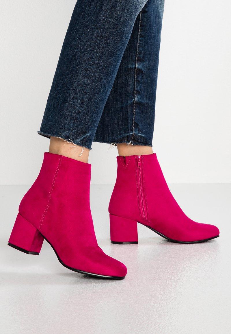 ONLY SHOES - ONLBIMBA HEELED TUBE BOOTIE - Korte laarzen - pink
