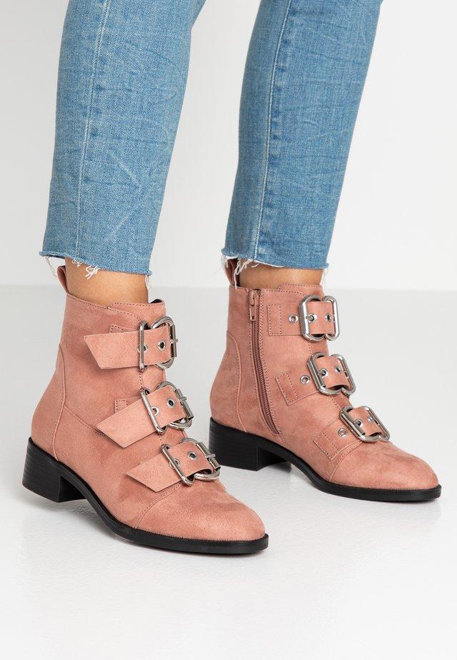 ONLBRIGHT BUCKLE BOOTIE - Kotníkové boty - rose