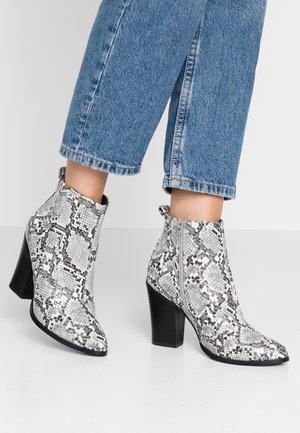 ONLBLUE STUD - Kotníková obuv na vysokém podpatku - light grey