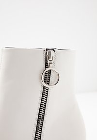 ONLY SHOES - ONLBIMBA HEELED ZIP BOOTIE - Støvletter - white - 2